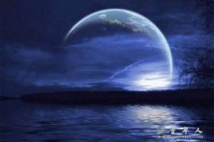 华裔女歌手Corrinne May的《Same Side Of The Moon》是一首舒缓的歌曲,
