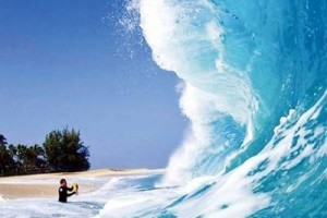 相当内敛平静的曲子,曲名《海浪》贯穿于曲子始终。