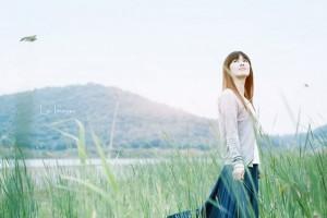 她安静的仰起苍白的近乎透明的脸庞:《メインテーマ「永遠の一瞬」》