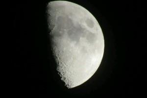 今晚的月亮很漂亮,不信,你推开窗看看:《Town of Windmill》