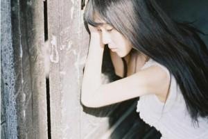 墨绿色的叶影打在少女身上:《君を想う》