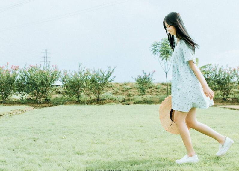 一阵微风拂过少女的蓝裙子:《盛夏与蝉鸣》