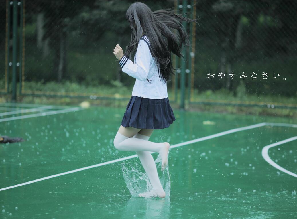 身着单衣的少女轻踩水面:《踩水》